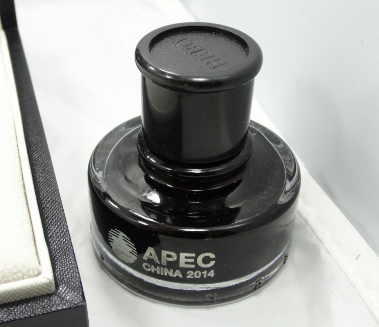 APEC China 18K & Black Crystalline Fountain Pen - 3