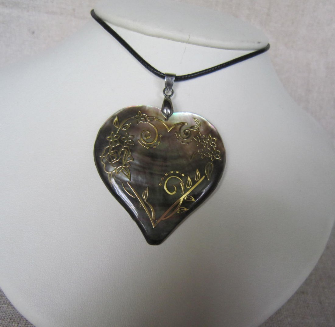 Mother-of-pearl inlay Pendant with gold pattern