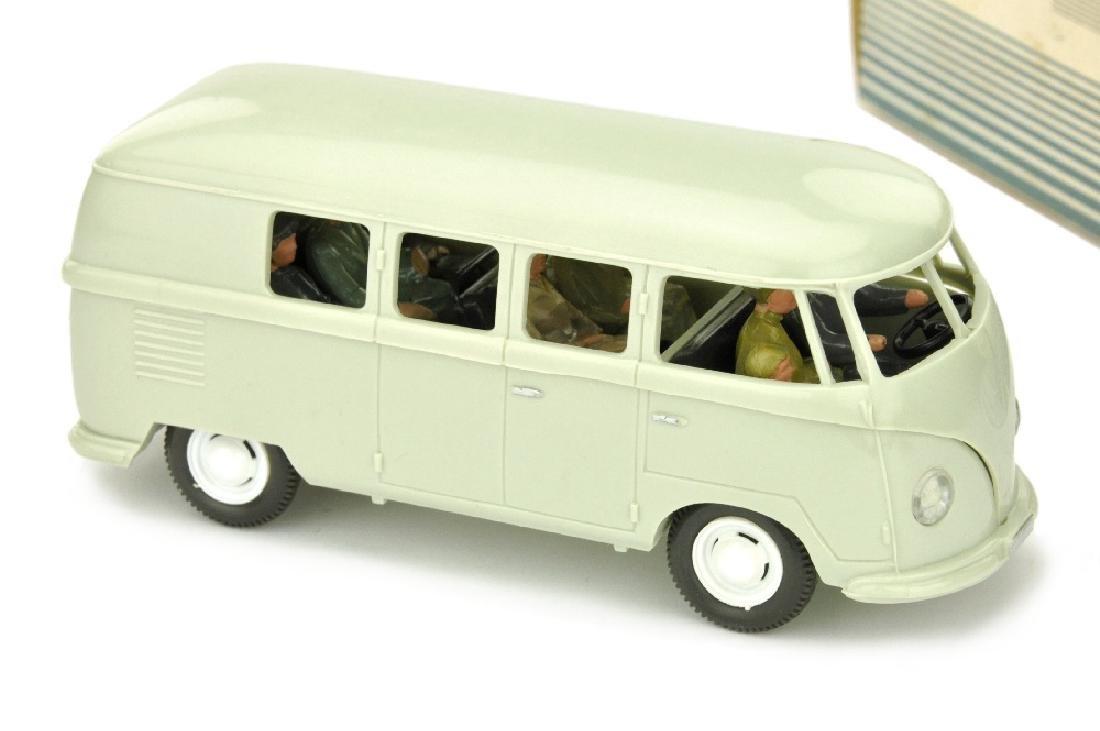 VW Bus (Typ 2), perlweiss (im Ork)