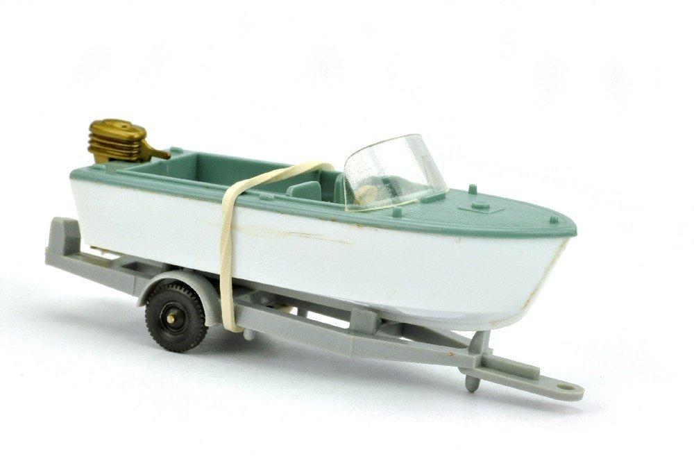 Motorboot auf Anhänger, grünblau
