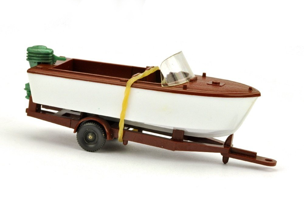 Motorboot auf Anhänger, rotbraun