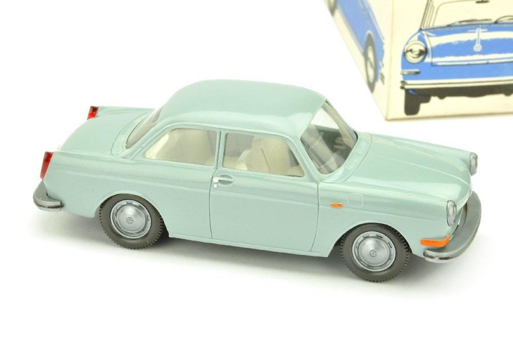 VW 1600 Stufenheck, hellblaugrau (im Ork)