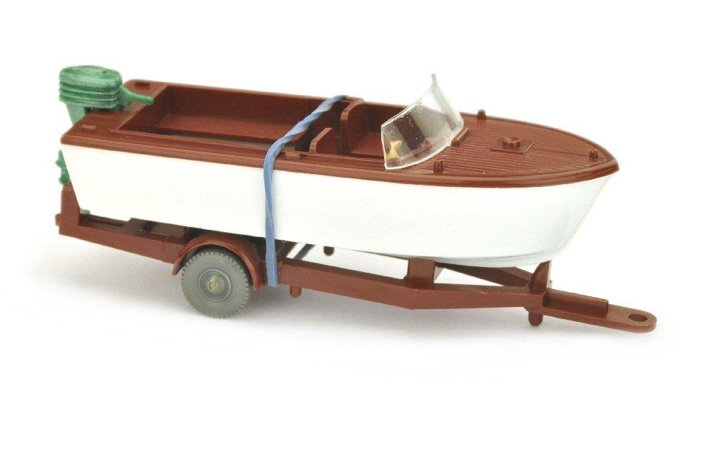Motorboot auf Anhaenger, rotbraun