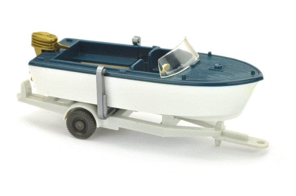 Motorboot auf Anhaenger, ozeanblau