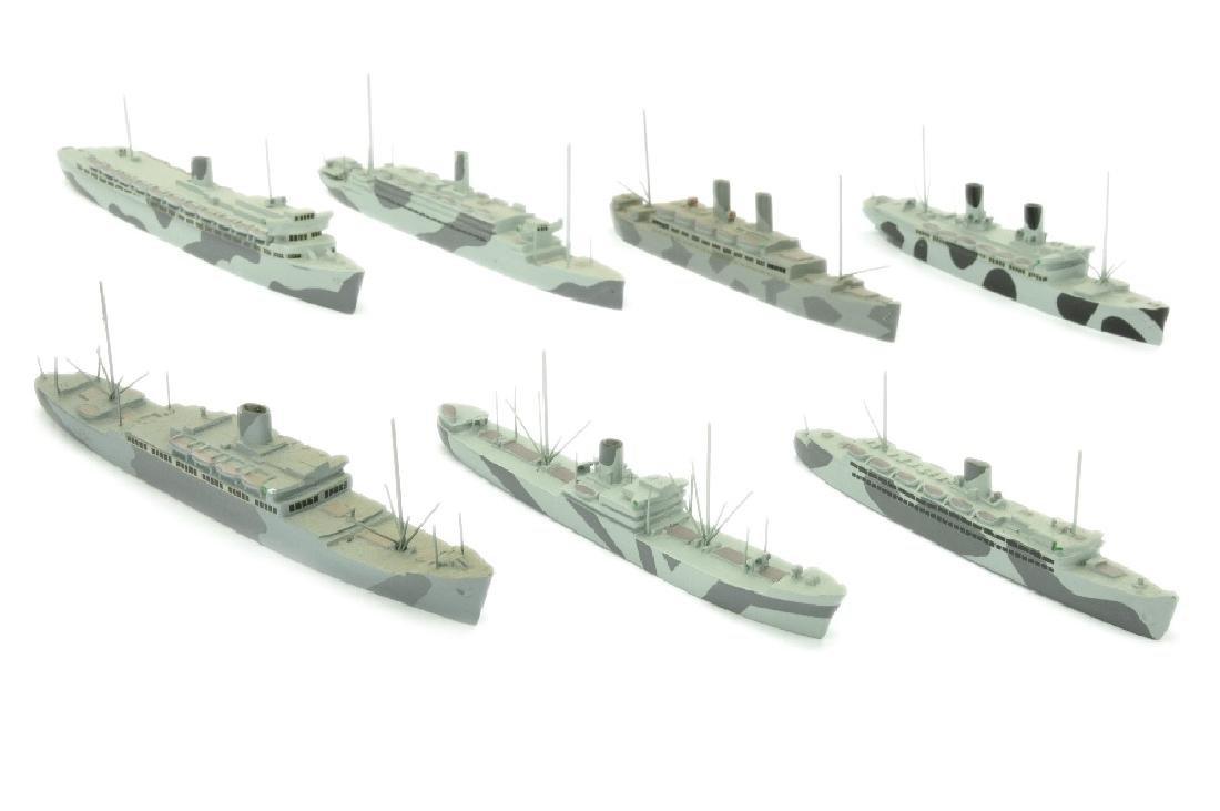 Konvolut 7 tarnlackierte Schiffe (Dr. Grope)