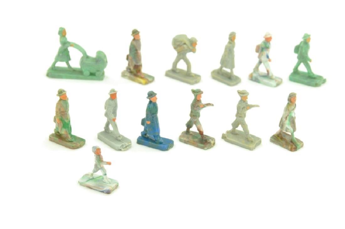 Konvolut 13 gehende Figuren (Form B)