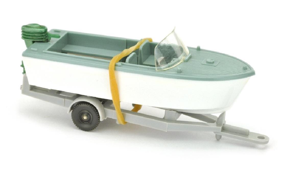 Motorboot auf Anhaenger, gruenblau