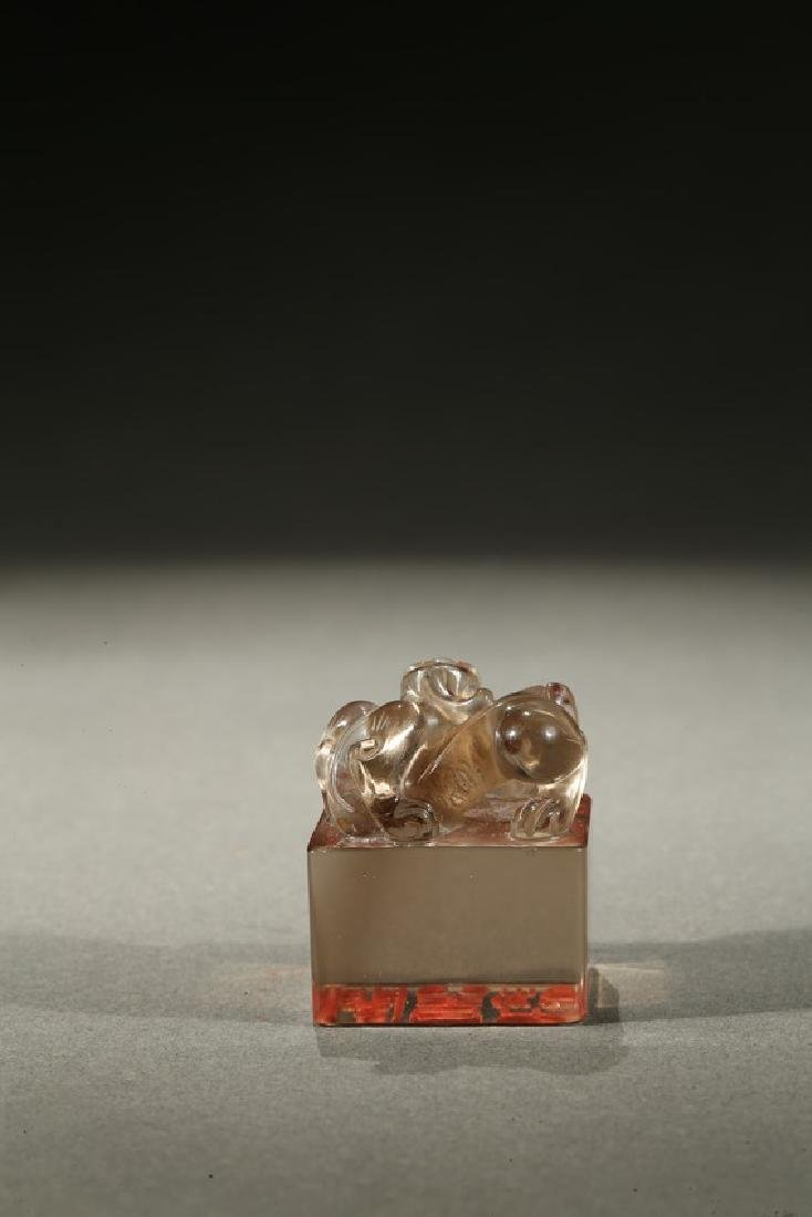 A CRYSTAL CARVED 'BIXIE' SEAL - 4
