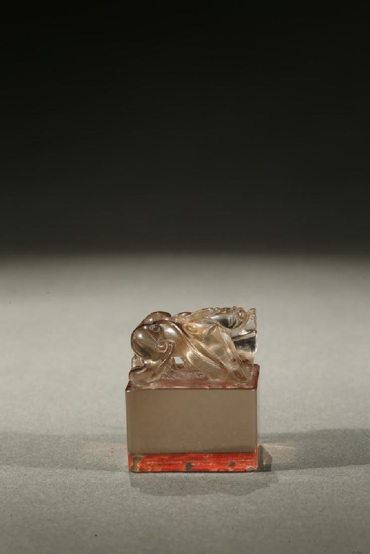 A CRYSTAL CARVED 'BIXIE' SEAL - 5