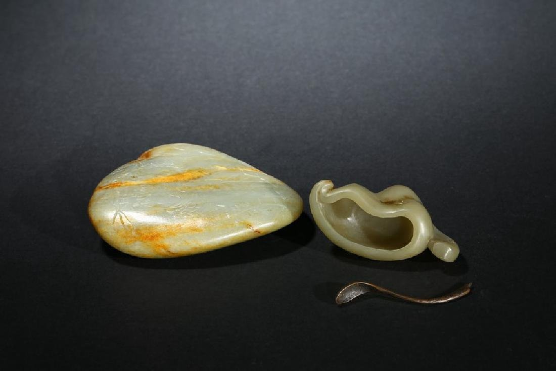 A GROUP OF TWO CELADON JADE CARVINGS - 4