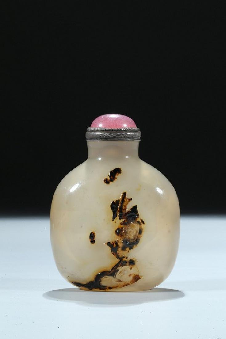 A CHINESE AGATE CARVED 'DRAGON AND HORSE' SNUFF BOTTLE