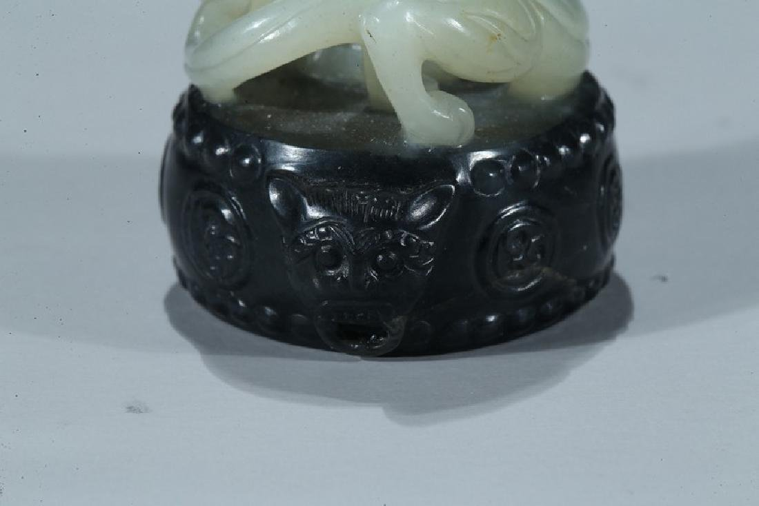 A CHINESE BLACK AND WHITE JADE 'CHILONG AND DRUM' SEAL - 3