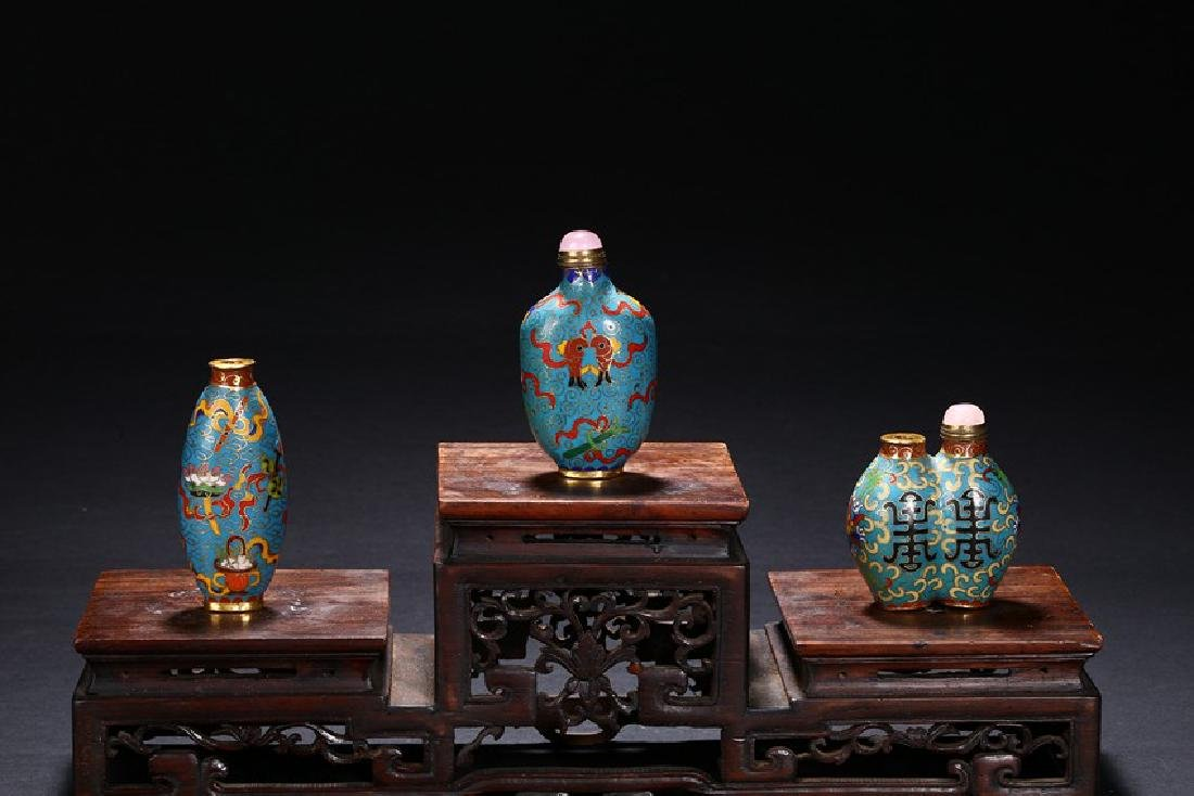 A GROUP OF THREE CHINESE CLOISONNE ENAMEL SNUFF BOTTLES