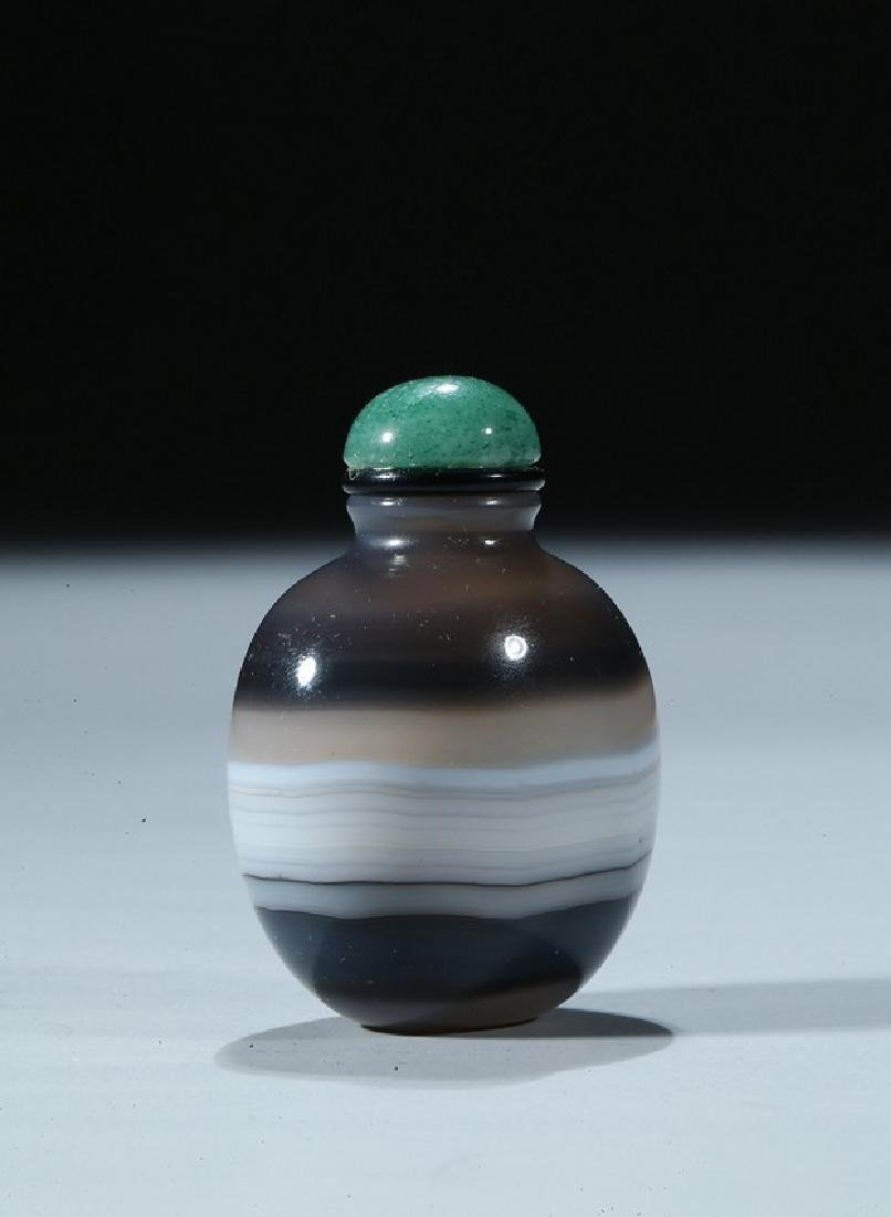 A CHINESE BANDED AGATE CARVED SNUFF BOTTLE