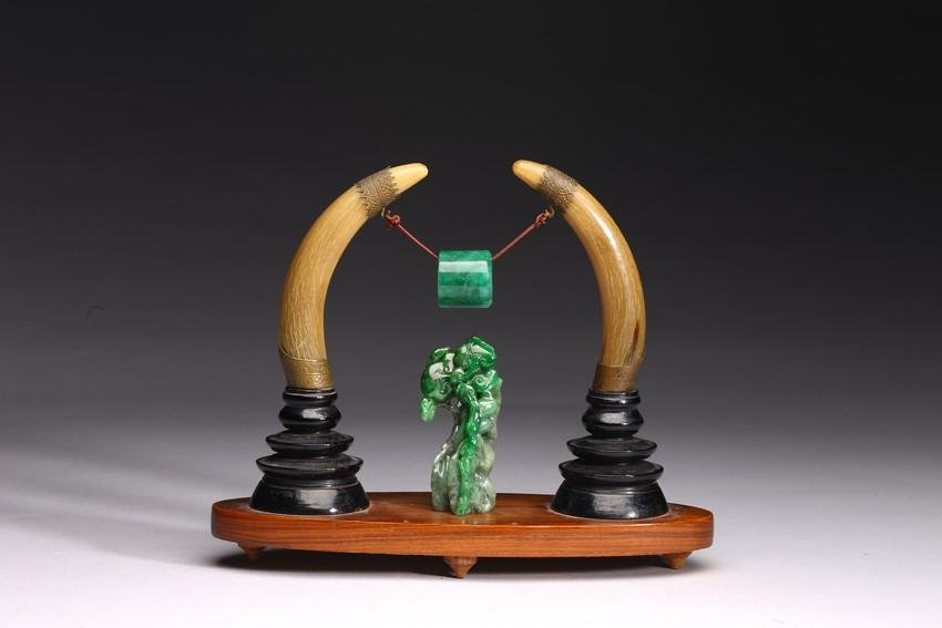 A GROUP OF ANTIQUE BONE AND JADEITE CARVINGS