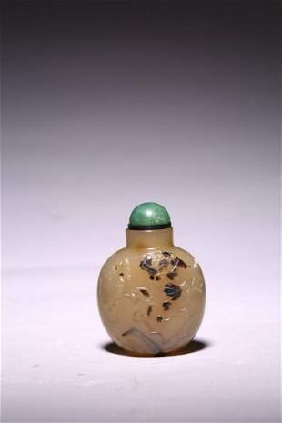 A CHINESE SILHOUETTE AGATE SNUFF BOTTLE