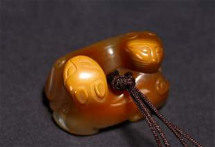 A CHINESE AGATE CARVED 'DOUBLE CAT' PENDANT