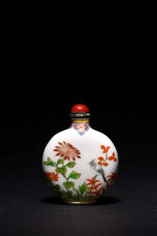 A WHITE GLASS ENAMELLED SNUFF BOTTLE
