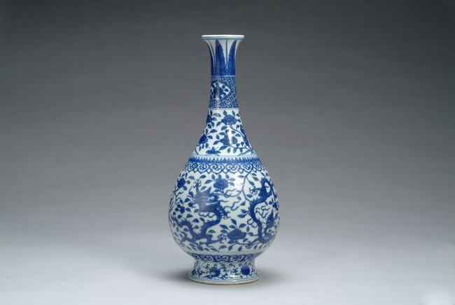 """7: A Chinese blue and white """"Dragon"""" vase"""