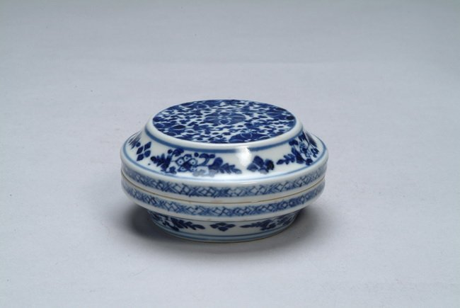9: A Chinese blue and white circular box and cover