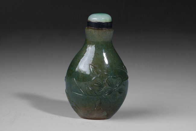 15: A CHINESE JADITE SNUFF BOTTLE