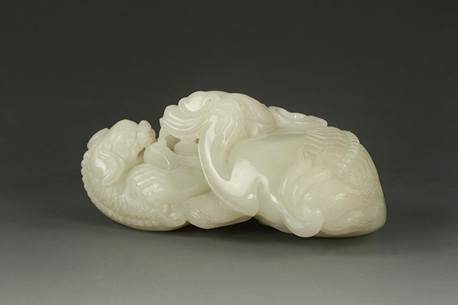 95: A CHINESE CARVED JADE LION ORNAMENT