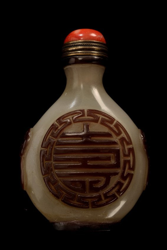 A WELL CARVED WHITE JADE SNUFF BOTTLE