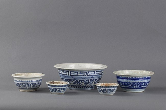 A GROUP OF FIVE BLUE AND WHITE BOWLS