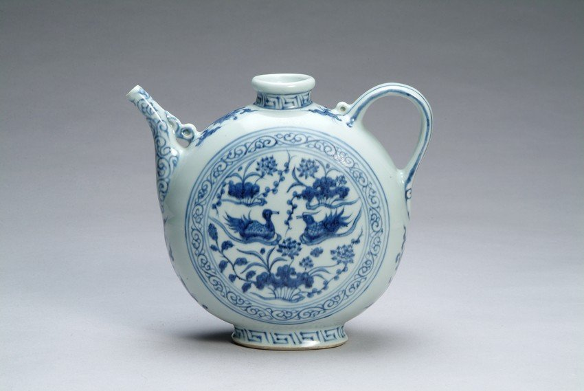 A CHINESE BLUE AND WHITE EWER
