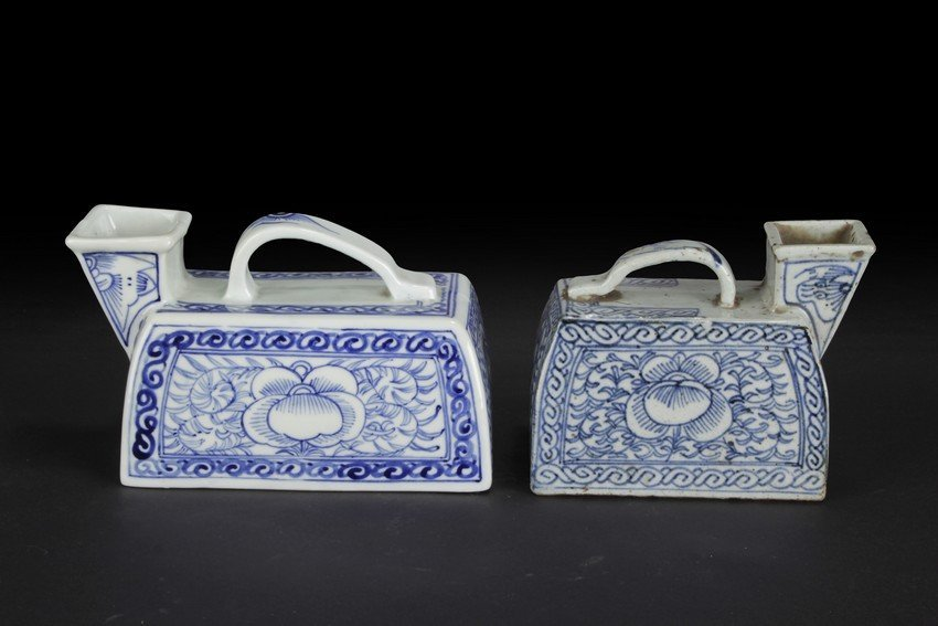 A PAIR OF BLUE AND WHITE VESSEL