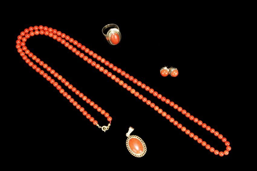 A SET OF RED CORAL JEWELRY WITH 14K GOLD SETTINGS