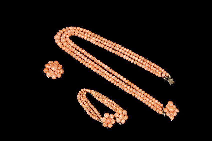 A SET OF CORAL JEWELRY
