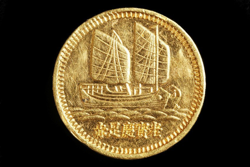 A VINTAGE CHINESE GOLD COIN