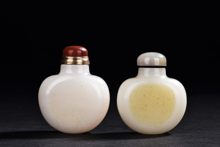 A PAIR OF WHITE JADE SNUFF BOTTLES