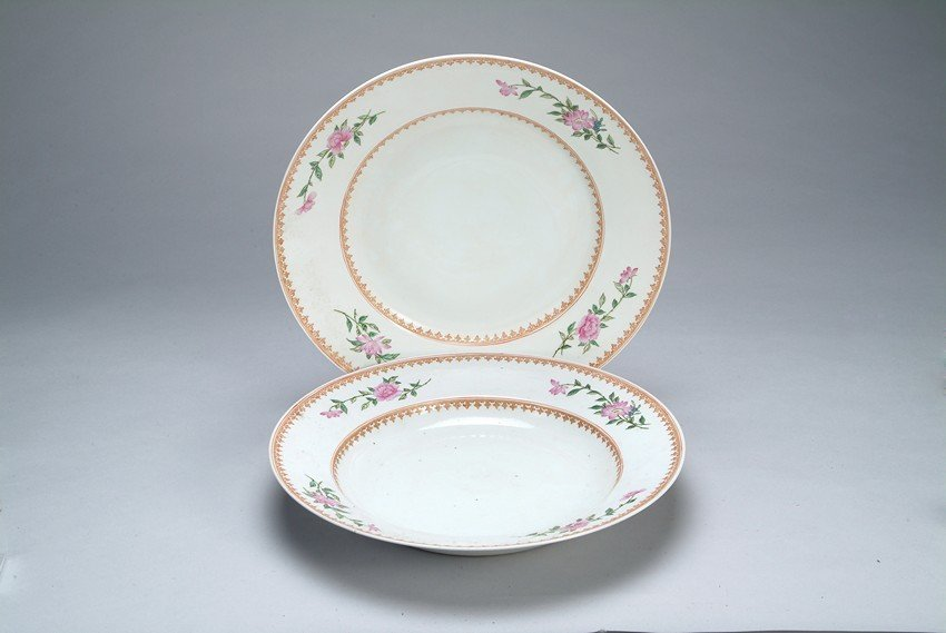 A PAIR OF EUROPEAN STYLE 'FLOWER' DISHES