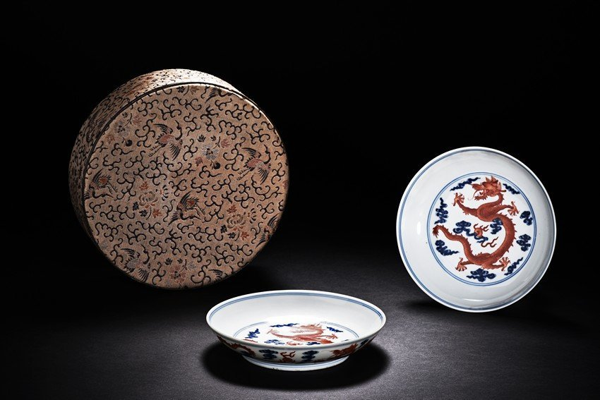 A PAIR OF BLUE AND WHITE AND IRON-RED DRAGON DISHES