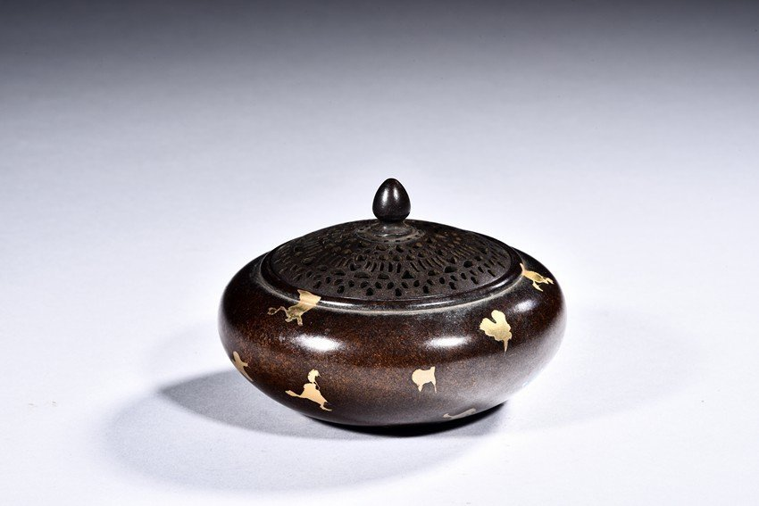 A GILT SPLASHED CENSER WITH COVER