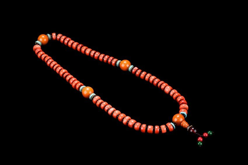 AN AMBER AND CORAL NECKLACE