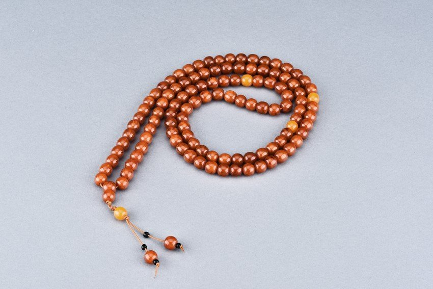 AN AMBER NECKLACE OF 103 BEADS