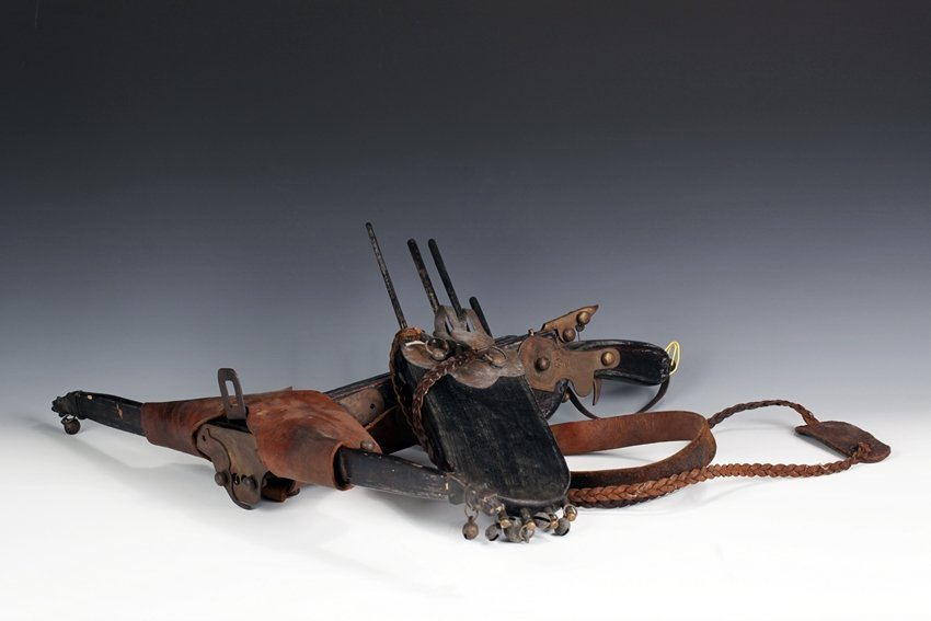 A SET OF CROSSBOW AND QUIVER