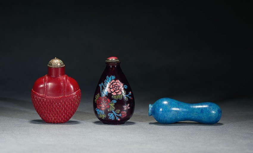 A SET OF THREE GLASS SNUFF BOTTLES