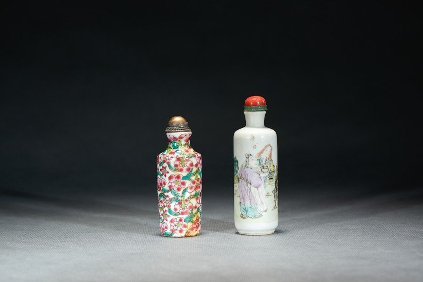 A SET OF TWO PORCELAIN SNUFF BOTTLES