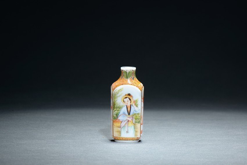 AN IMPERIAL FAMILLE ROSE 'FIGURES' GLASS SNUFF BOTTLE