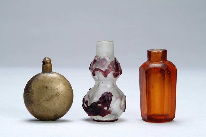 A GROUP OF THREE (3) CHINESE SNUFF BOTTLES