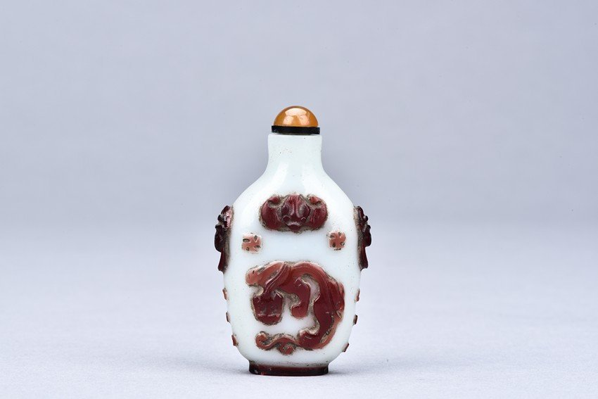 A RED OVERLAY GLASS SNUFF BOTTLE