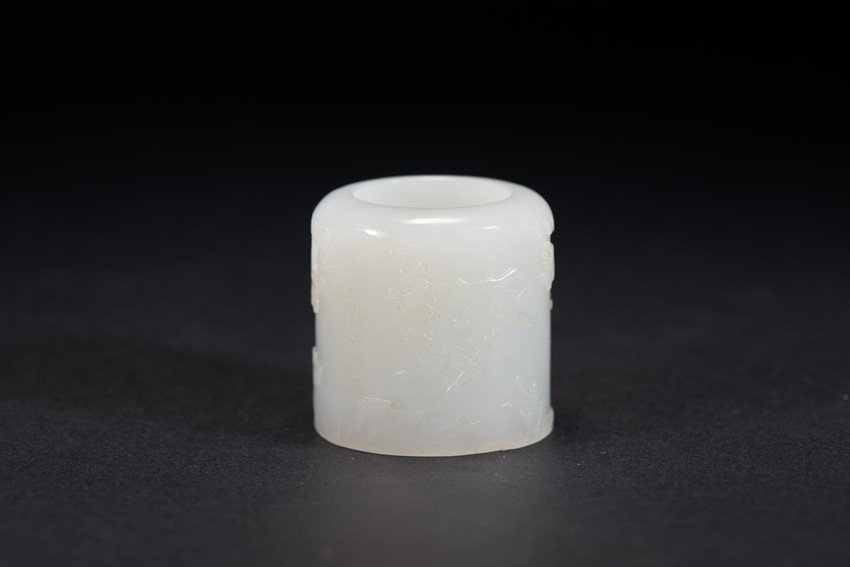 A WHITE JADE ARCHER'S RING