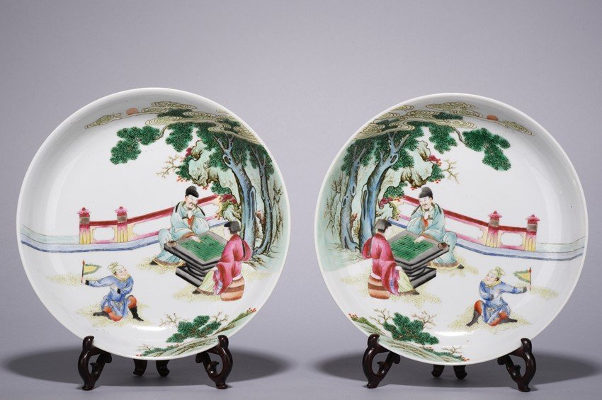 A PAIR OF FAMILLE ROSE 'FIGURES' DISHES