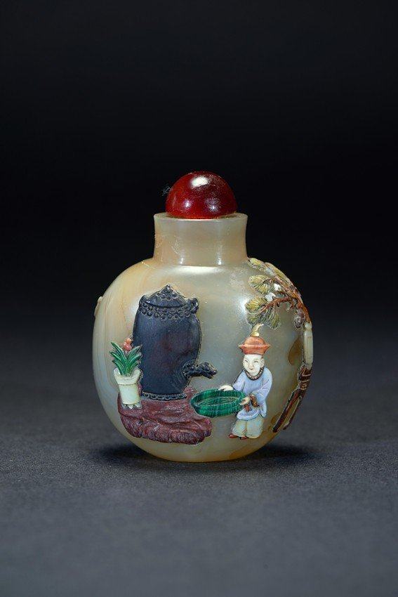 AN AGATE EMBELLISHED FIGURE SNUFF BOTTLE