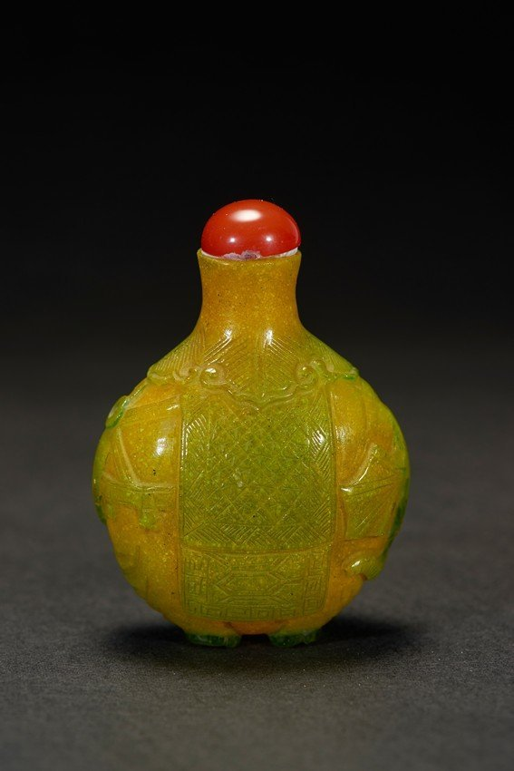 A YELLOW AND GREEN GLASS SNUFF BOTTLE