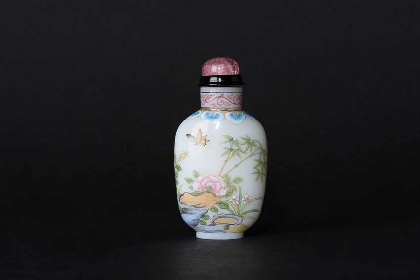 AN ENAMEL 'BUTTERFLIES FLOWERS' GLASS SNUFF BOTTLE